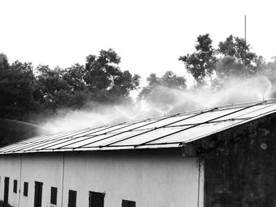 Chống nóng mái tôn nhà xưởng bằng máy phun nước tự động