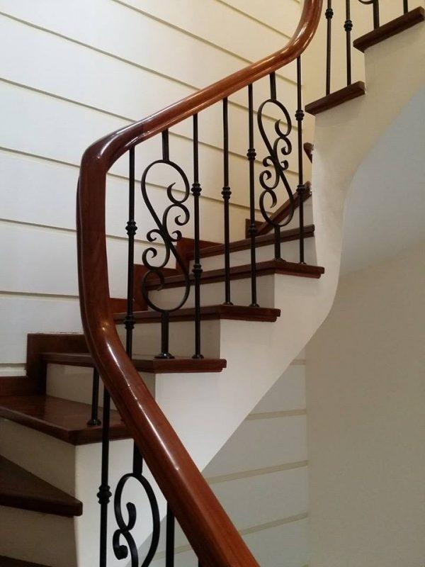 Cầu thang sắt bọc gỗ