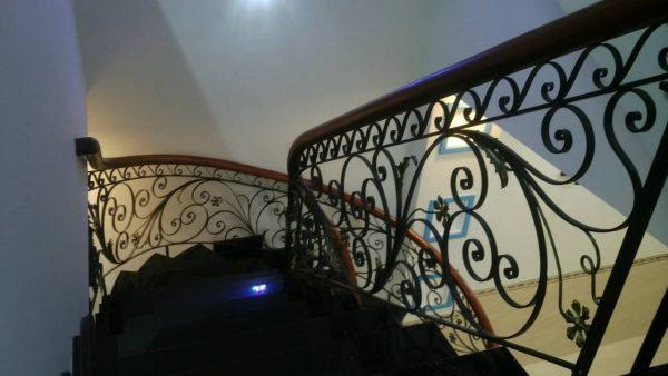 Cầu thang sắt hoa văn
